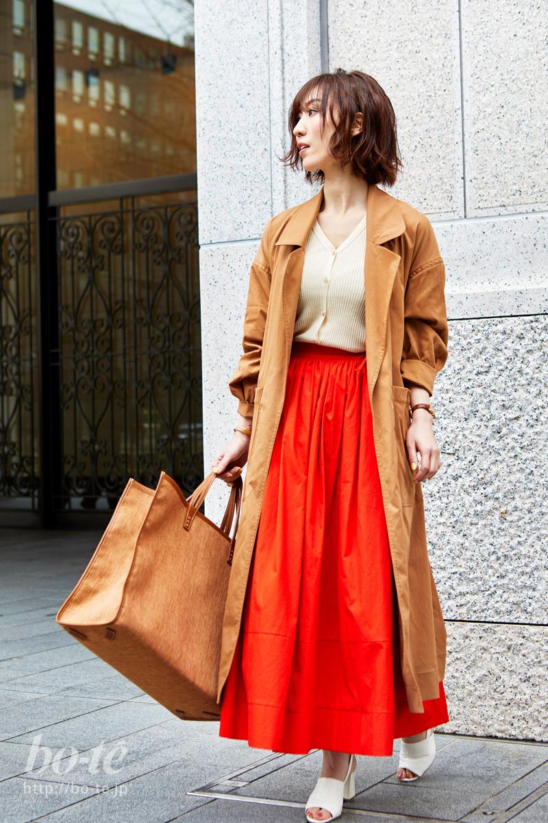 鮮やかなカラーのスカートは一枚でサマになる