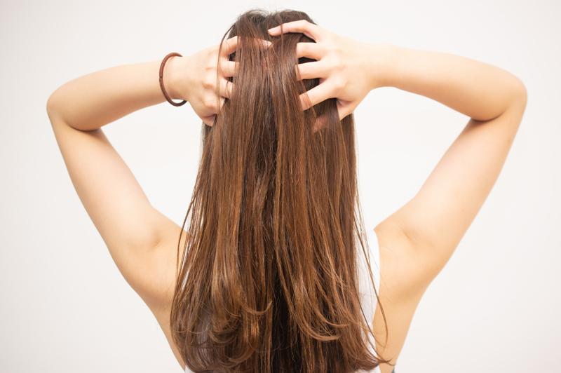 湿気で髪がうねる原因は?