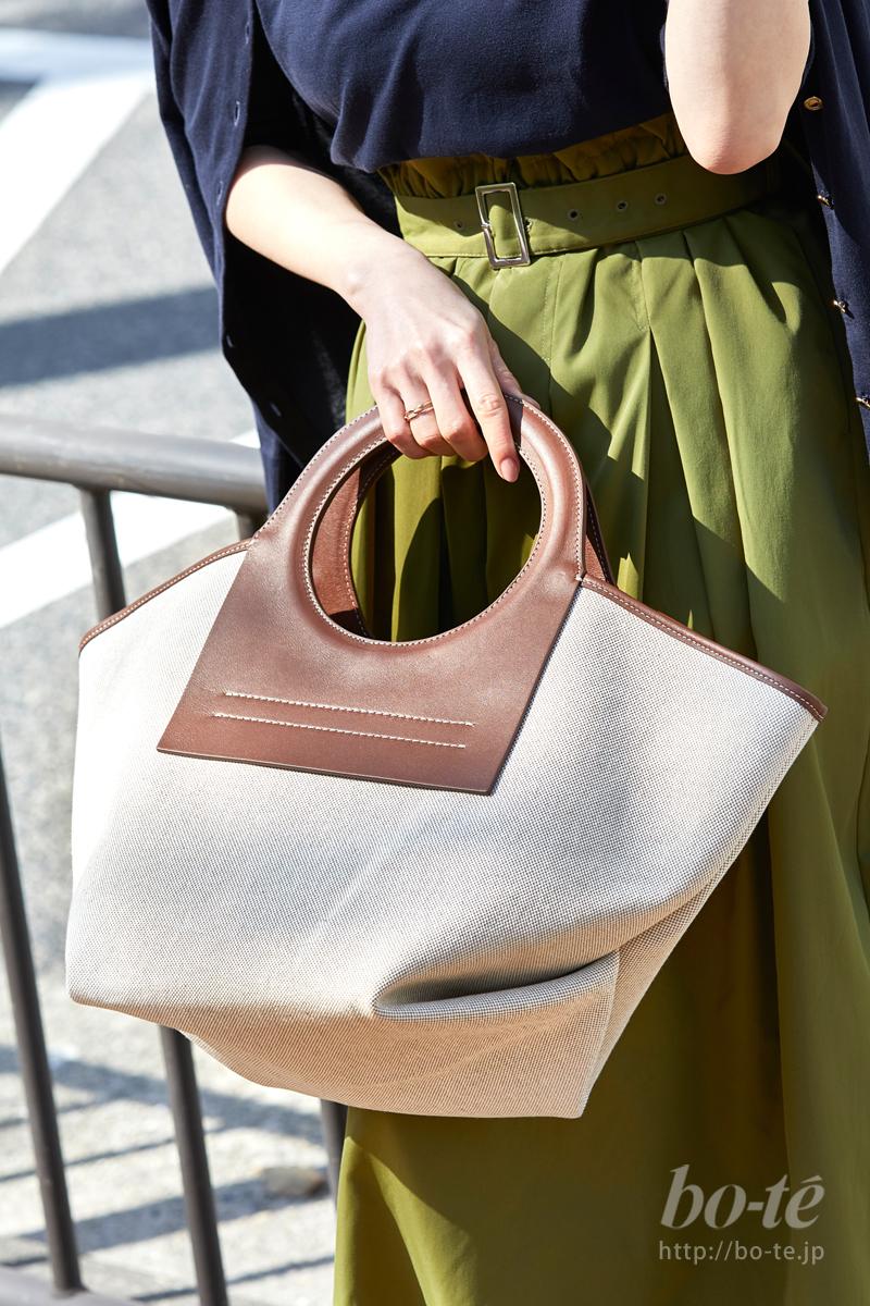 シンプルな服装でデコラティブなバッグを主役に