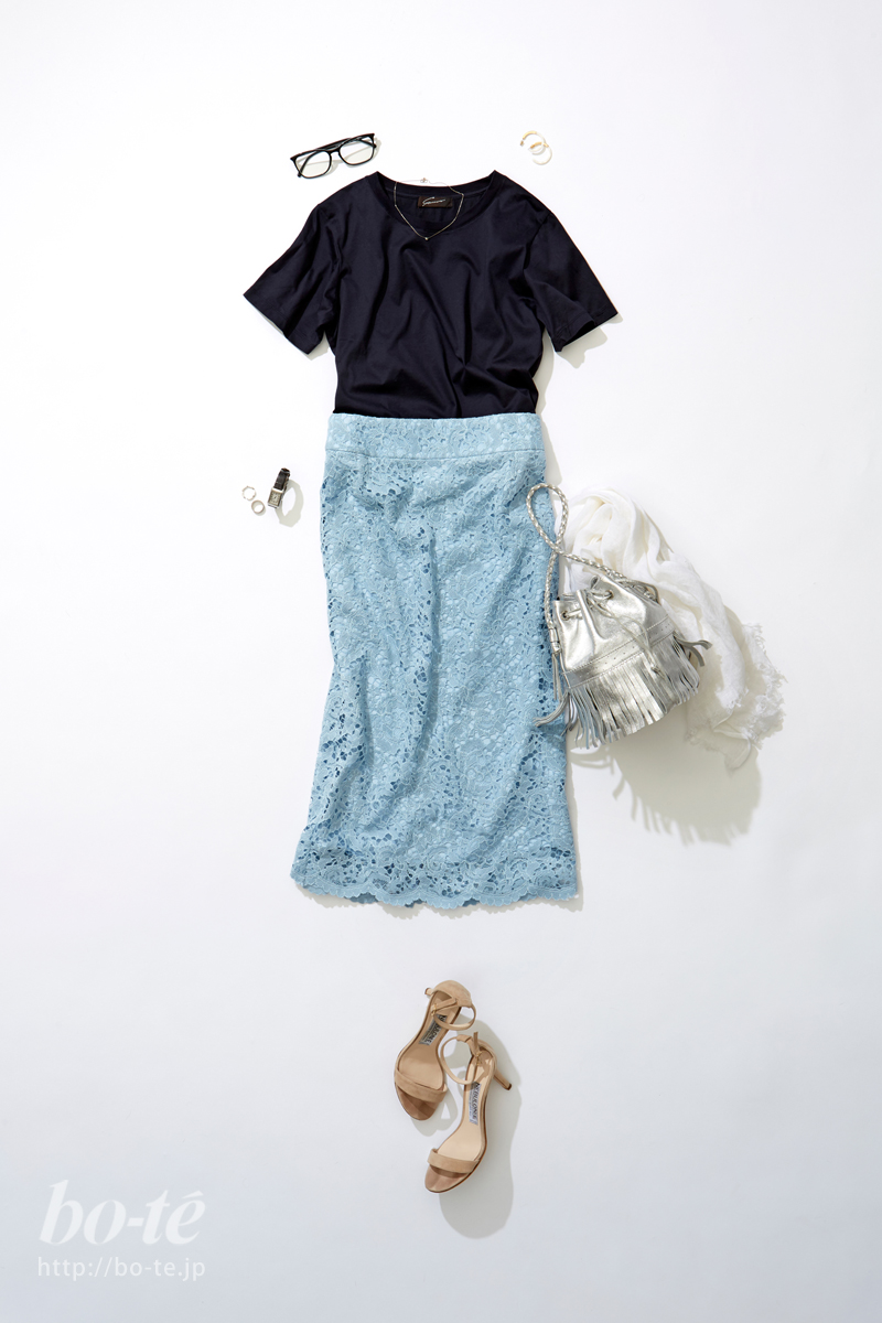 可憐なレーススカートはネイビーカラーのTシャツで馴染ませて