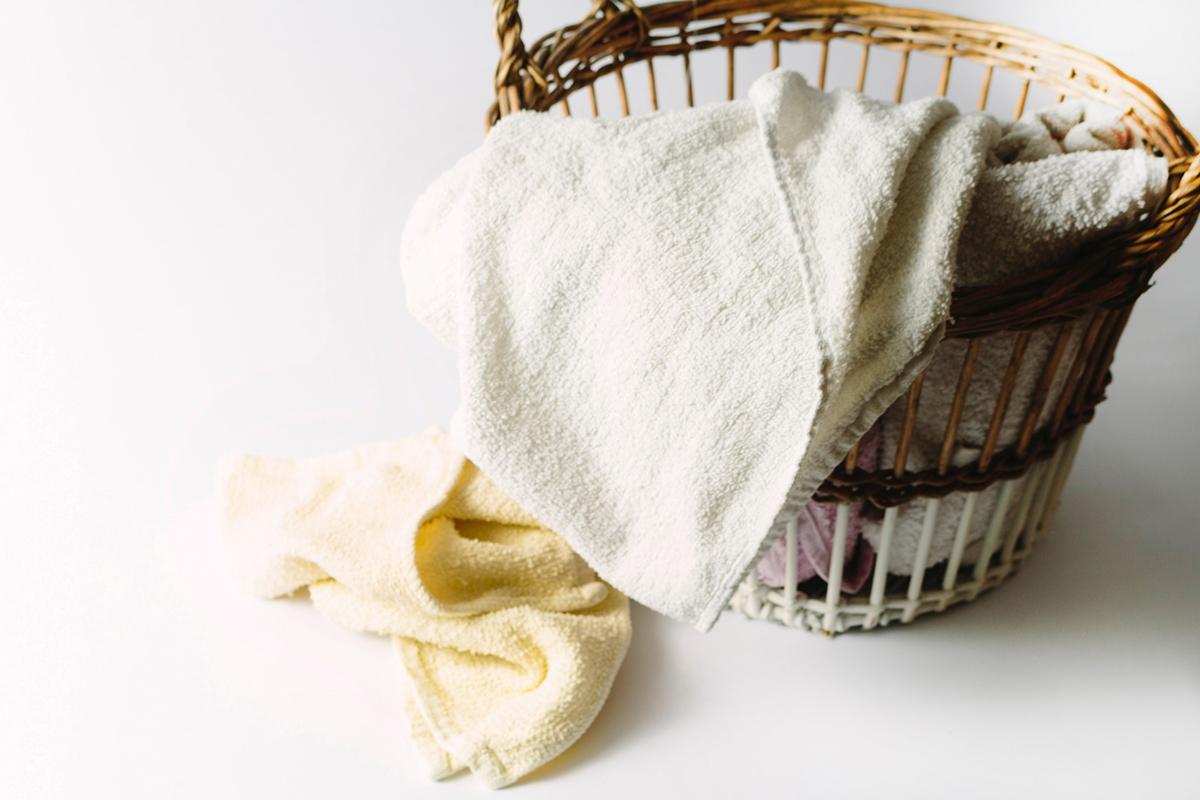 バスタオルで浴室を拭く