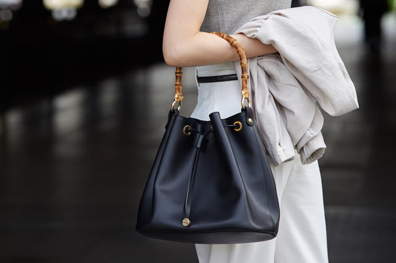 《巾着バッグ》をオフィスカジュアルに上手に取り入れるコツ7選!