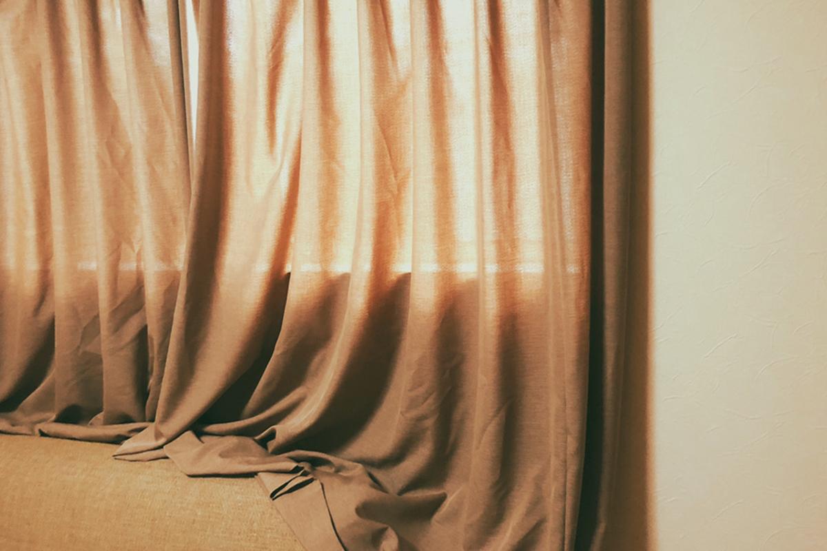 大人女子部屋、カーテンはジャストサイズに