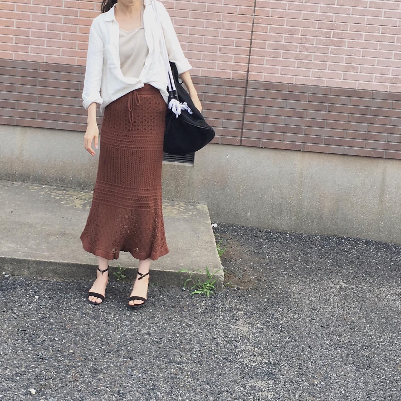 透かし編みのニットスカートにメリハリを作るふんわりシャツ