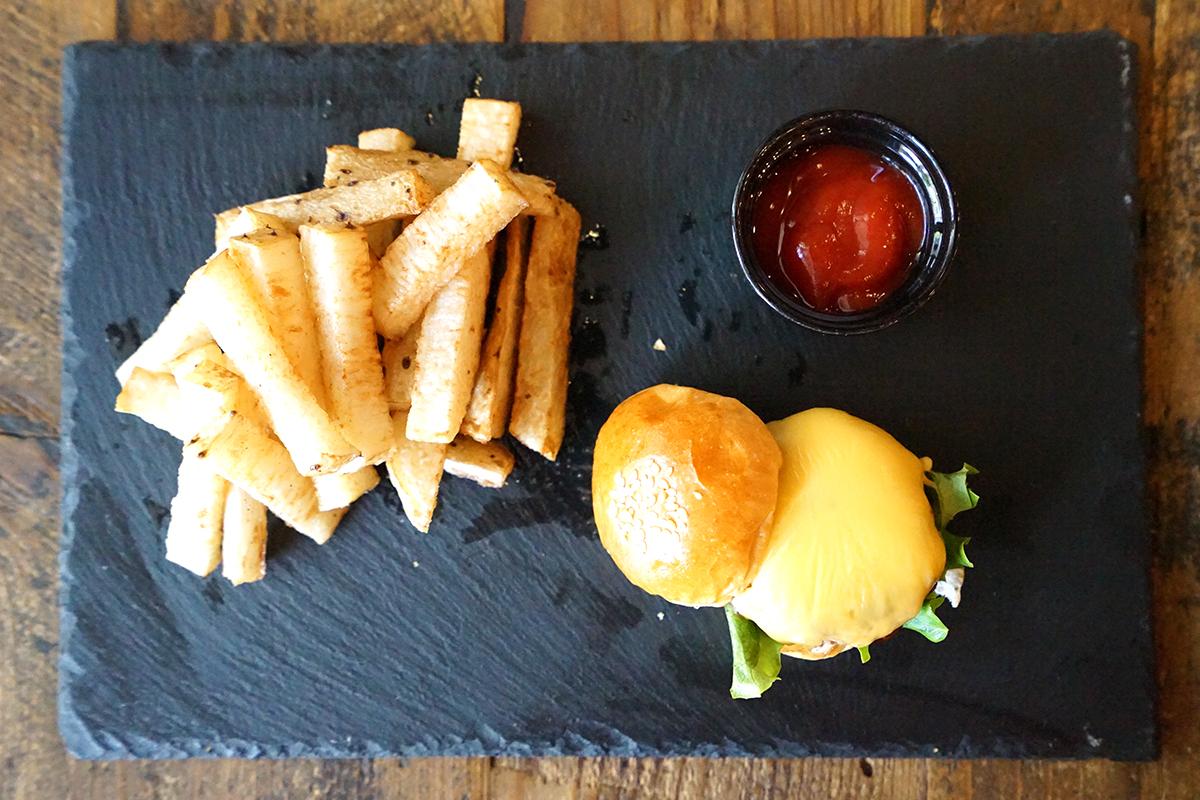 チーズバーガーと山芋ポテト
