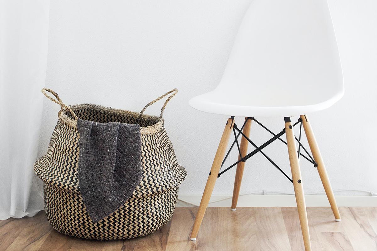 洗濯物カゴと椅子