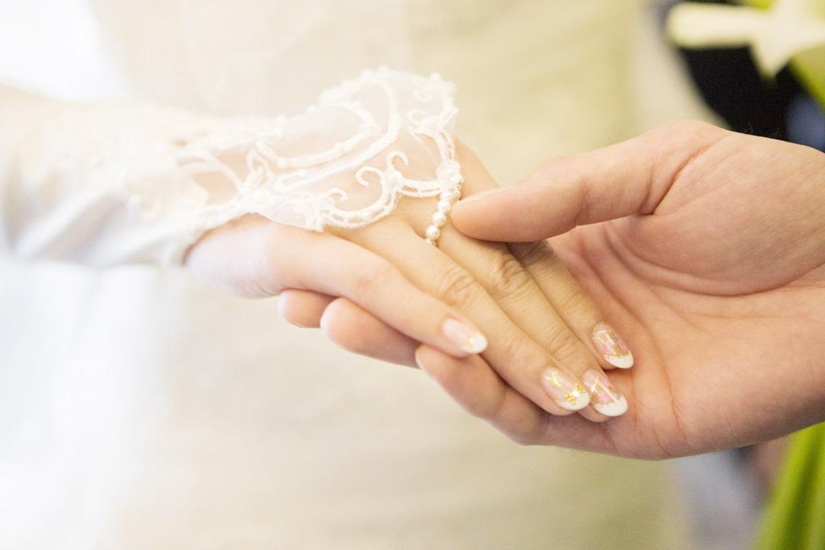 結婚する男性と女性の手