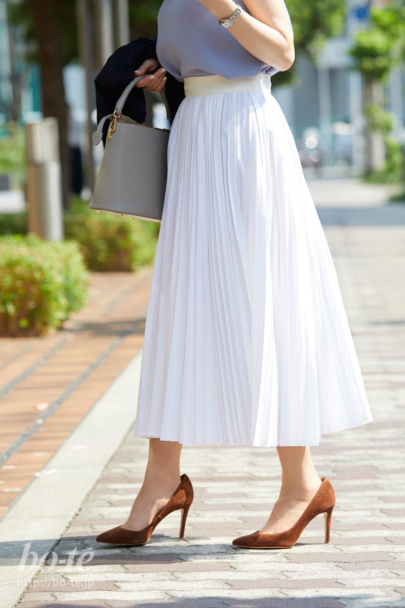 ホワイトカラーのロングスカート