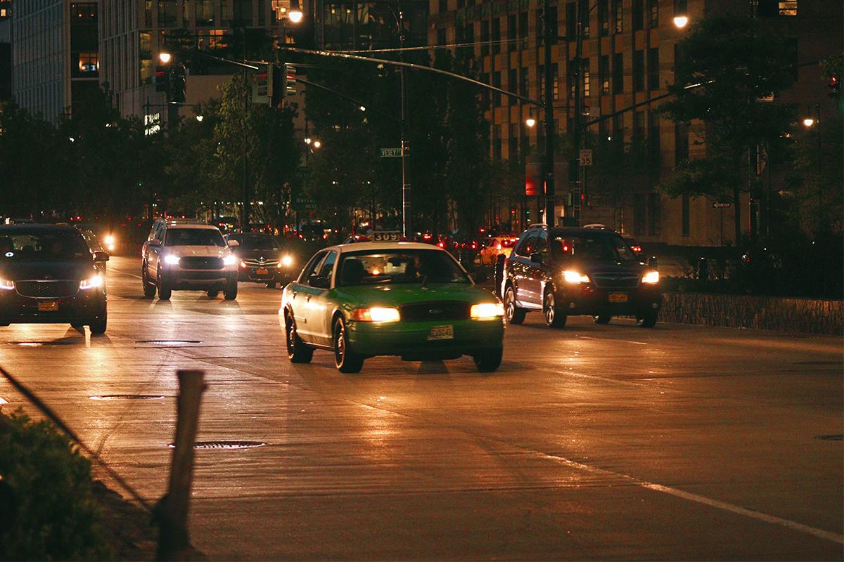 夜間ライトをつけて走る車