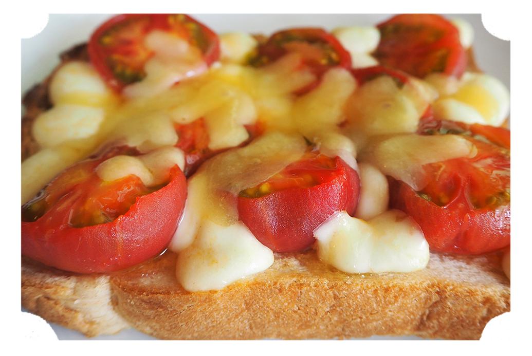 焼きたてのハニートマトチーズトースト