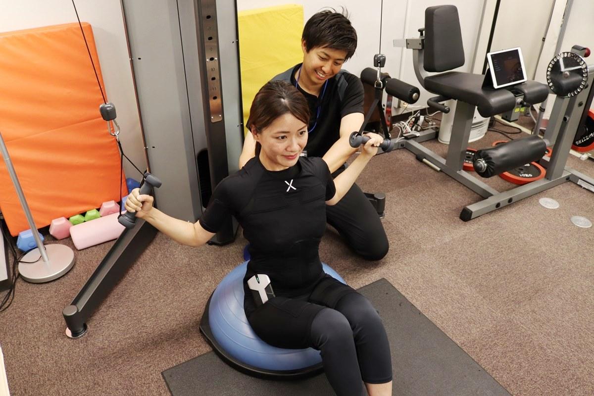トレーニングスタジオPOUでEMSトレーニング体験、器具も使用