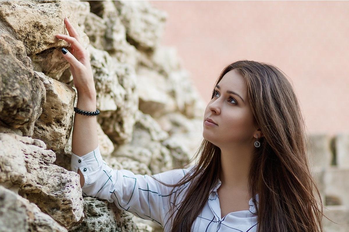 壁を見つめる女性