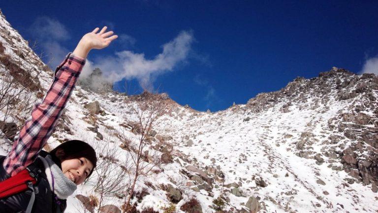 登山を楽しむアクティブな女性