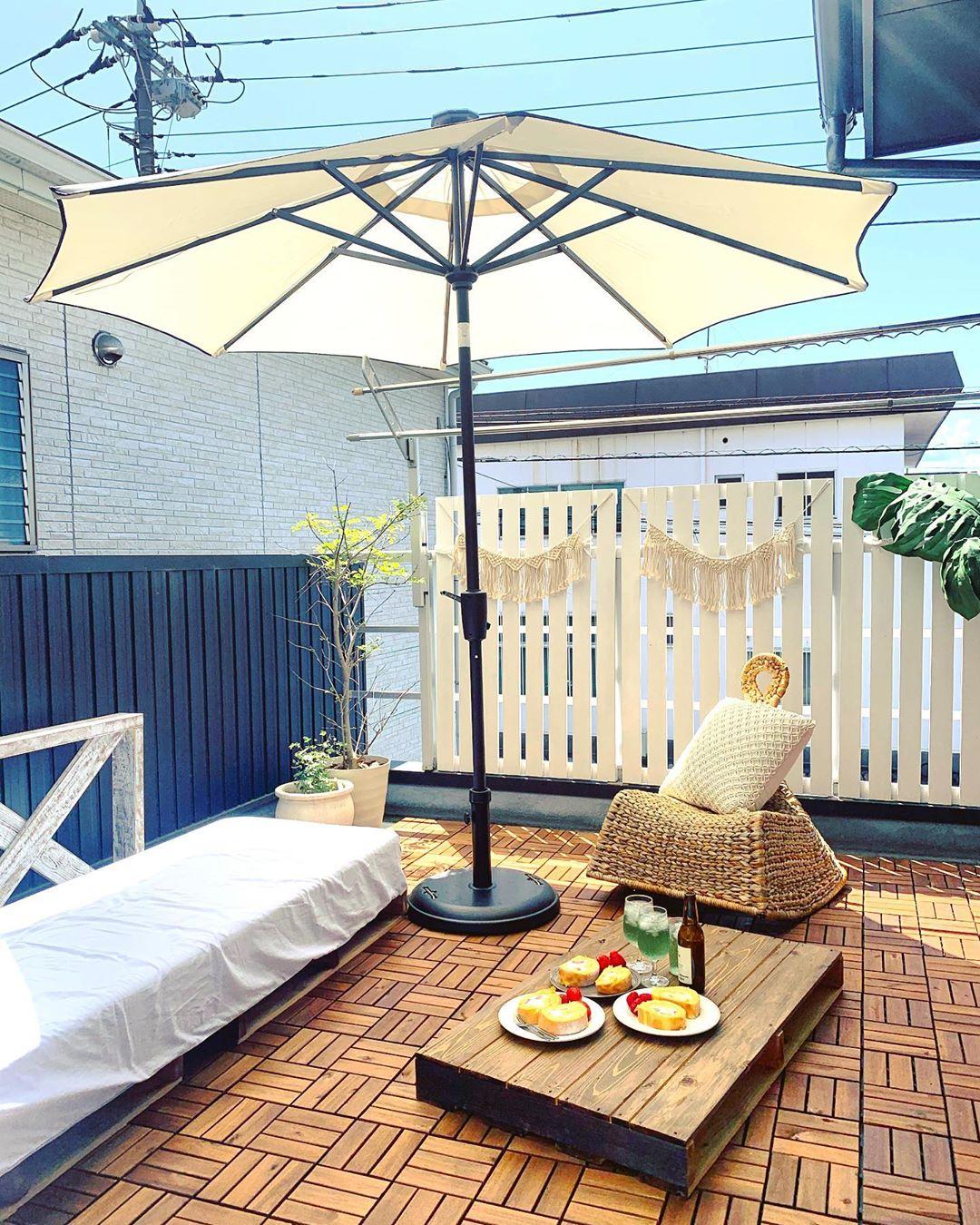 ガーデンテーブルを設置したおしゃれなインテリア