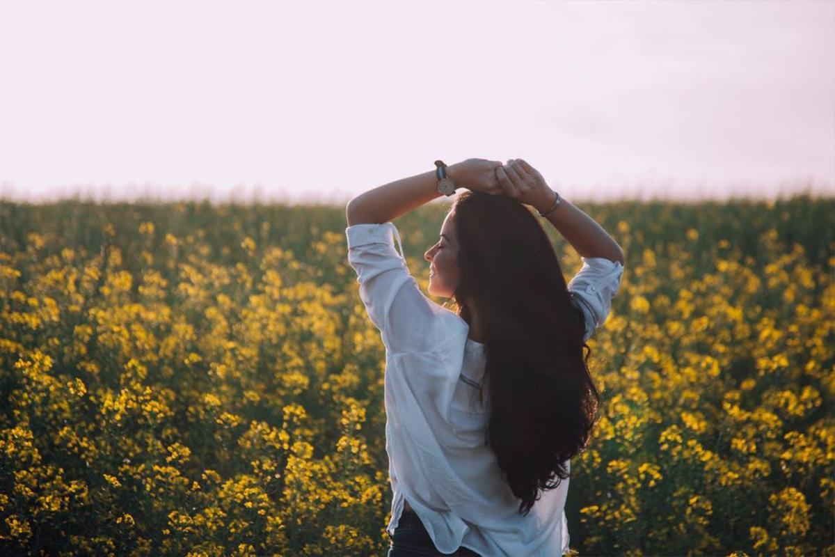 花畑でリラックスする女性