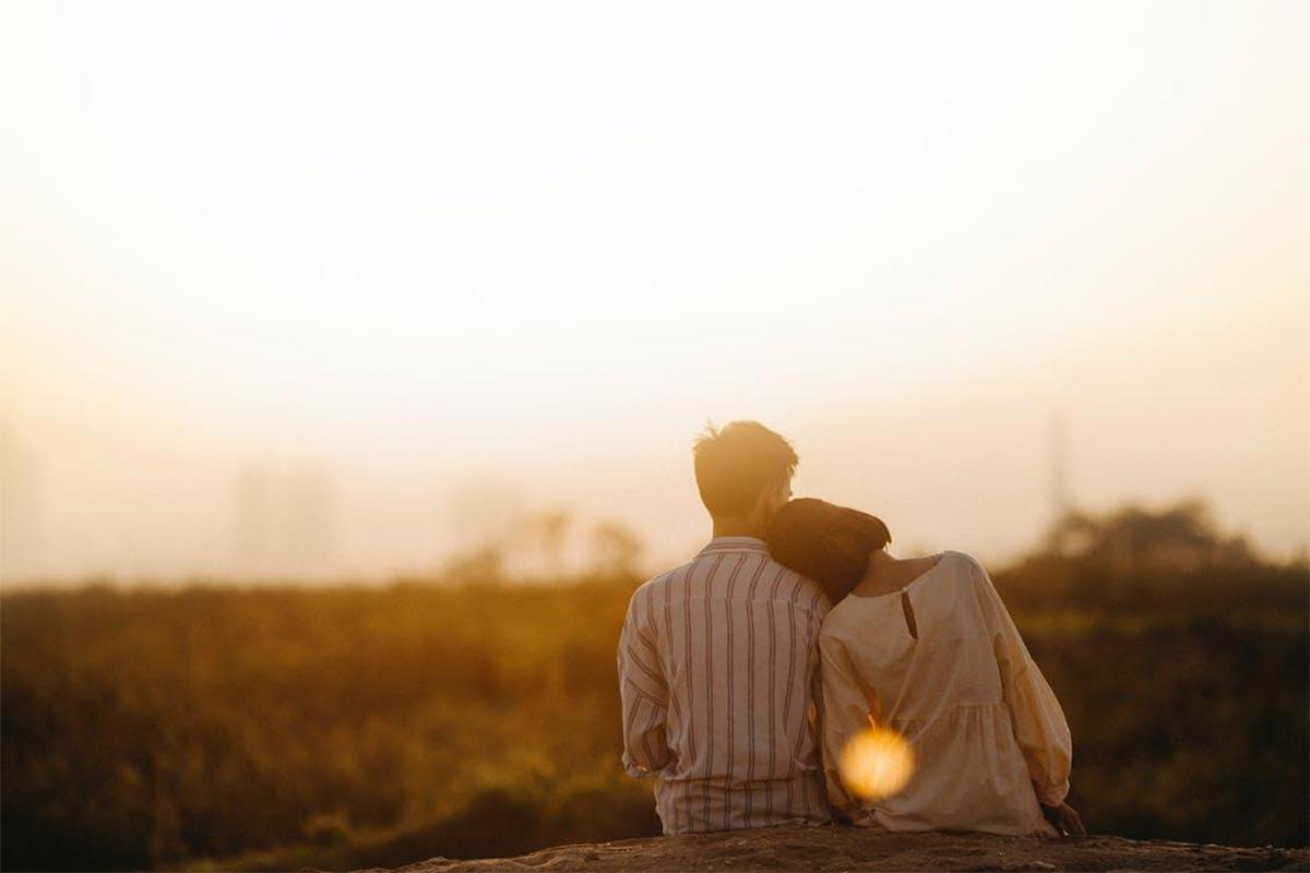 夕日の中寄り添うカップル