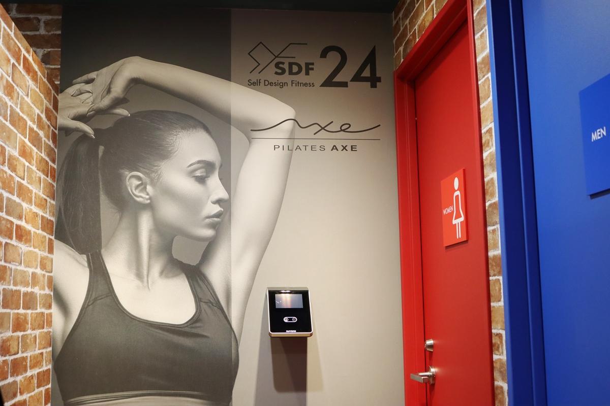 SDF24阪急伊丹駅前店の女子更衣室入口の顔認証システム