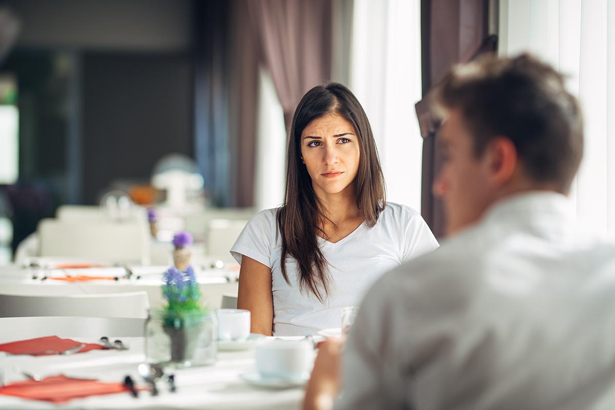 相手の嘘がわかる行動心理学「なだめ行動」とは?表れやすい仕草を男女別に紹介