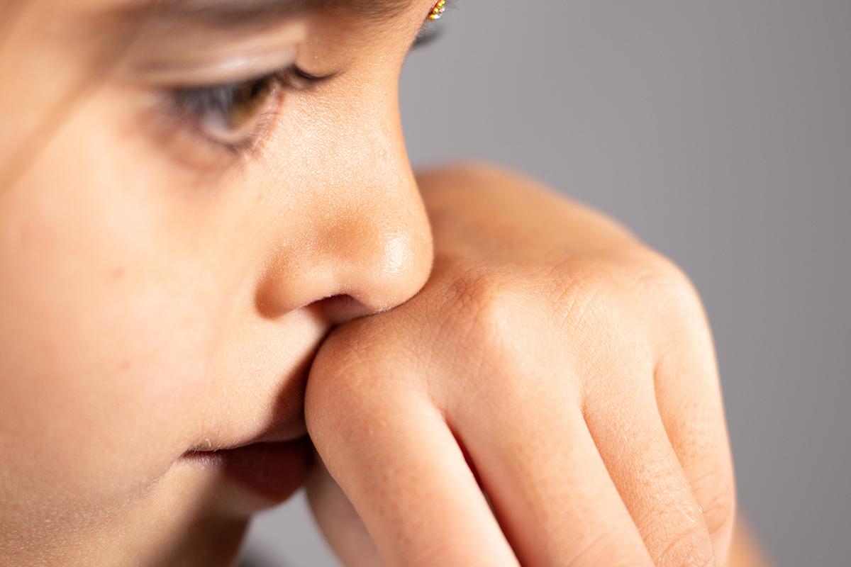 鼻や鼻のまわりを触る