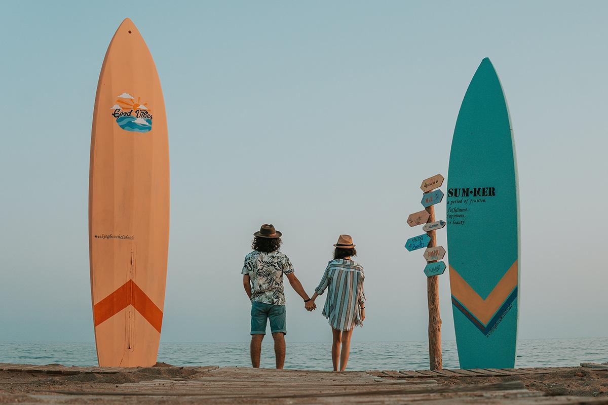 サーフィンをするカップル