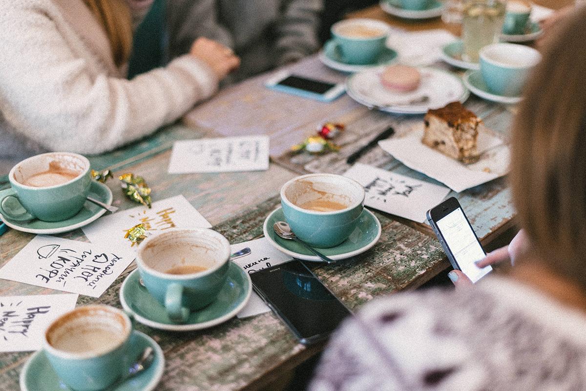 カフェで談笑する男女