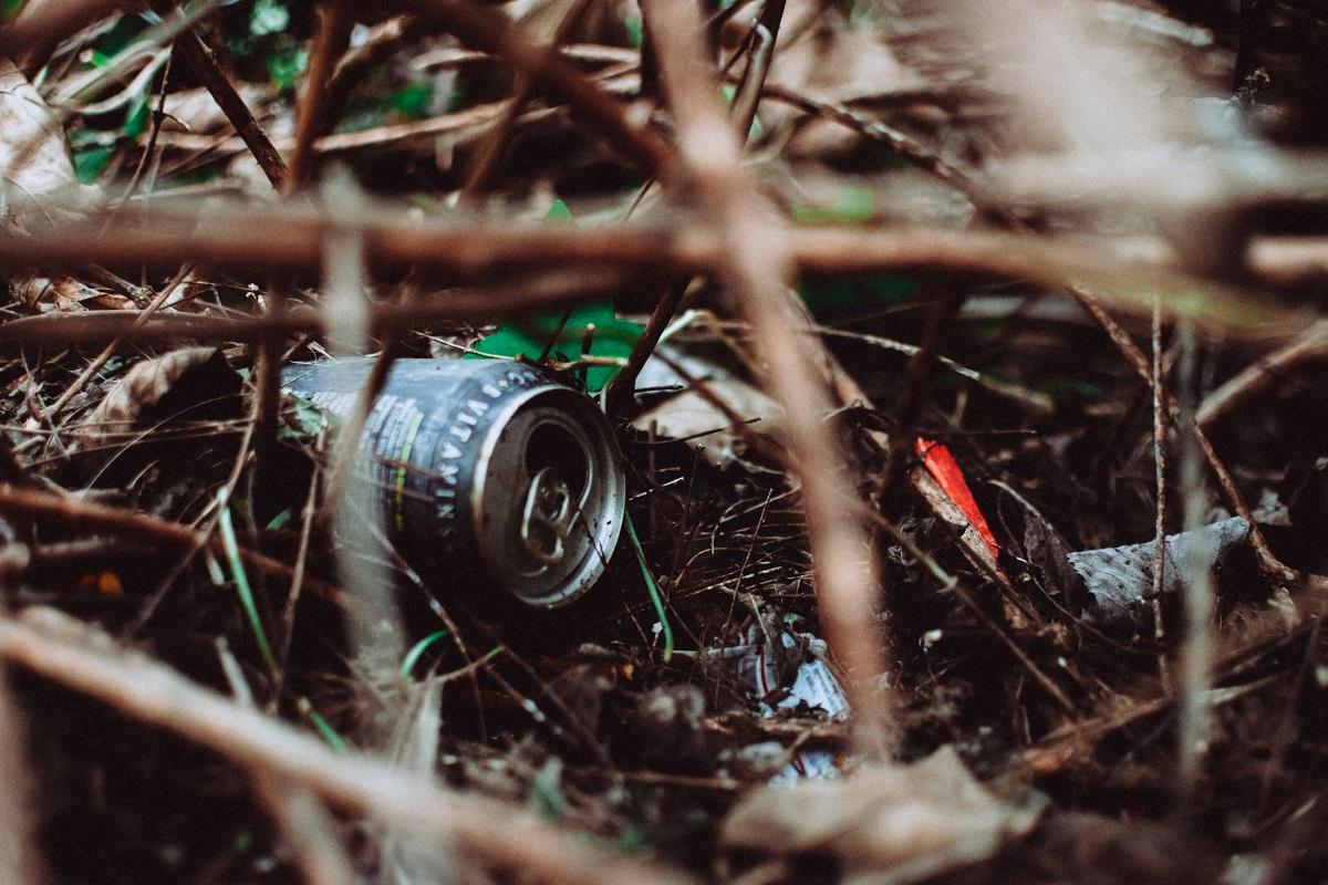 ポイ捨てされた空き缶やゴミ
