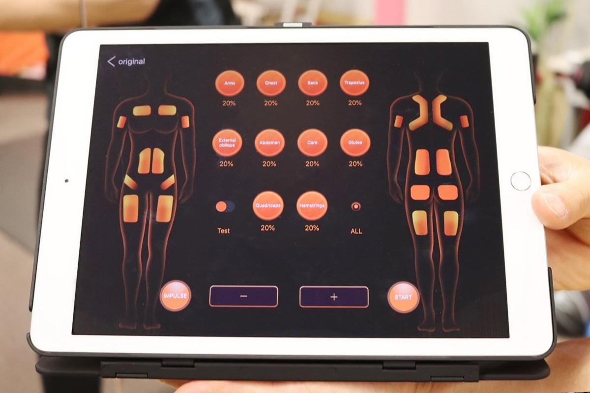 大阪梅田のトレーニングスタジオPOUはタブレットで各部位の周波数を微調整