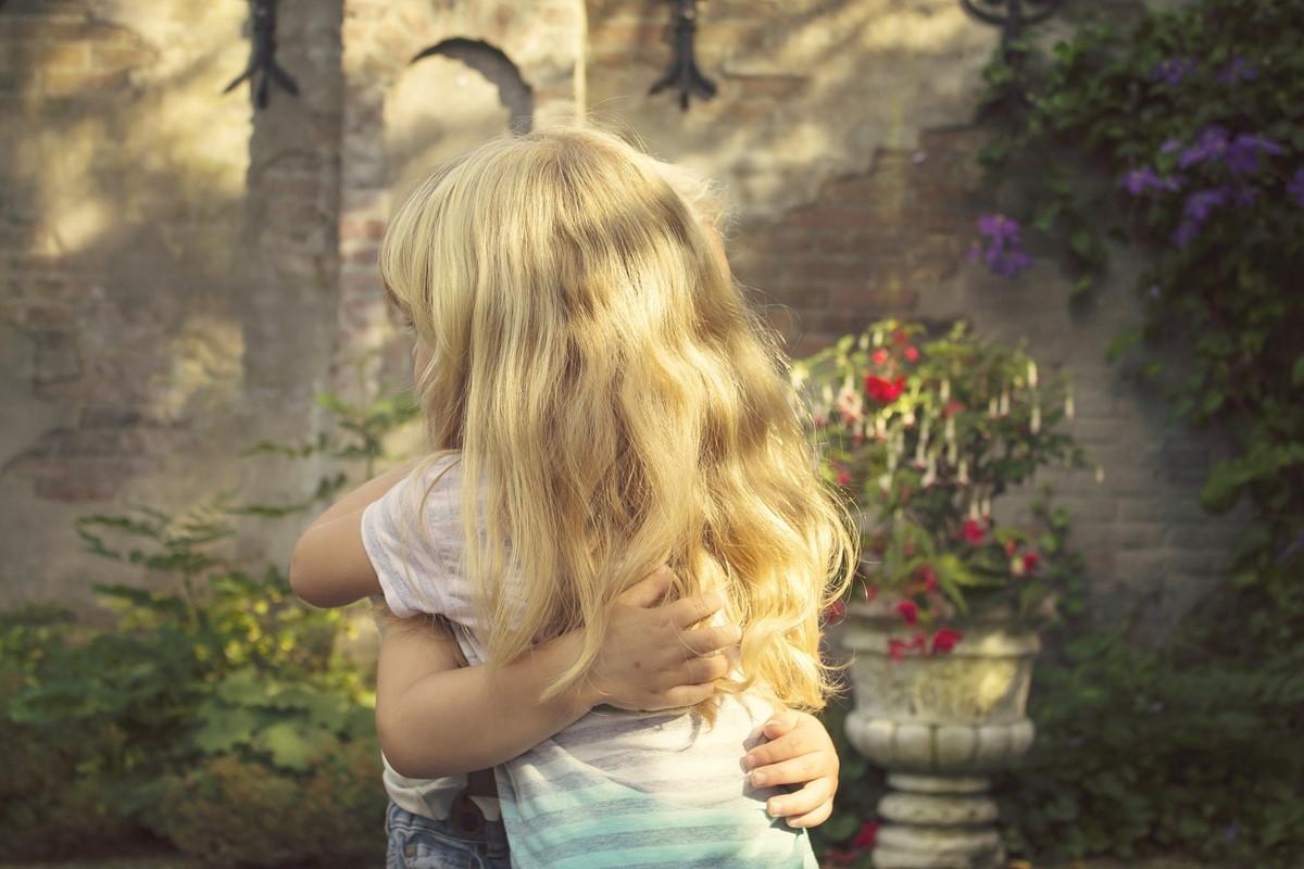 抱きしめる少女