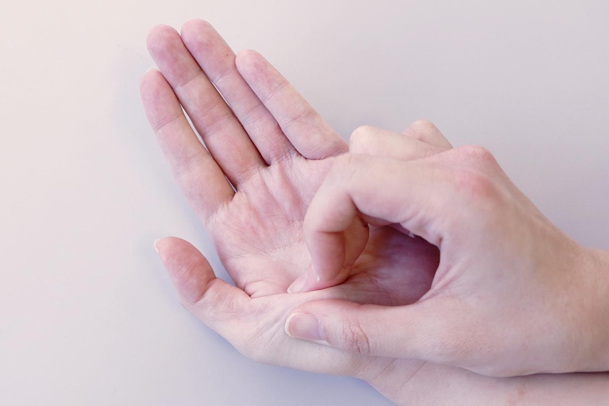親指のストレッチ手順1