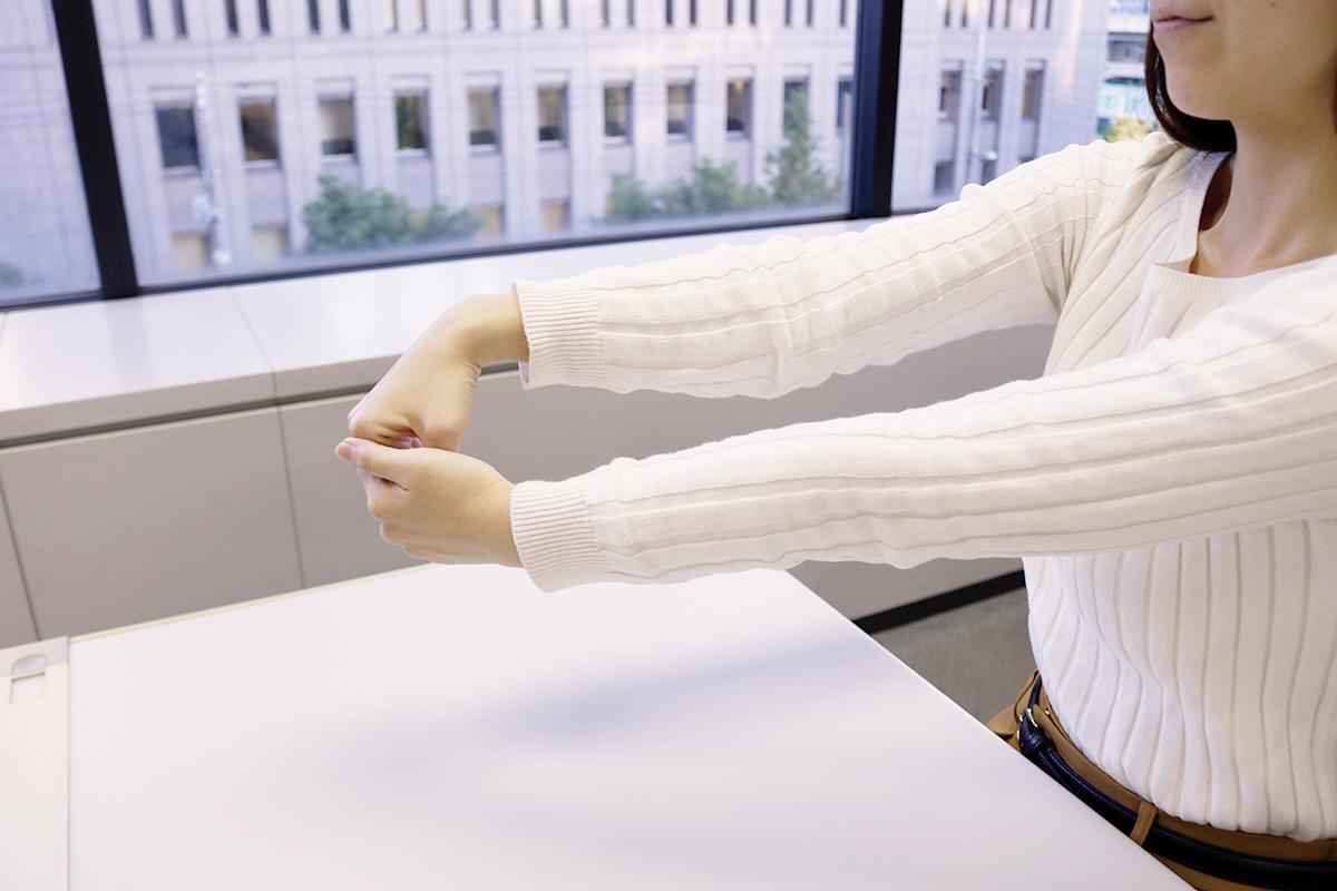 肘のストレッチ「肘の外側」
