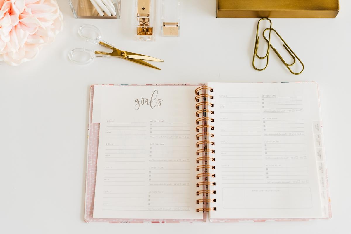 新しい手帳に記入して積立期間をイメージする