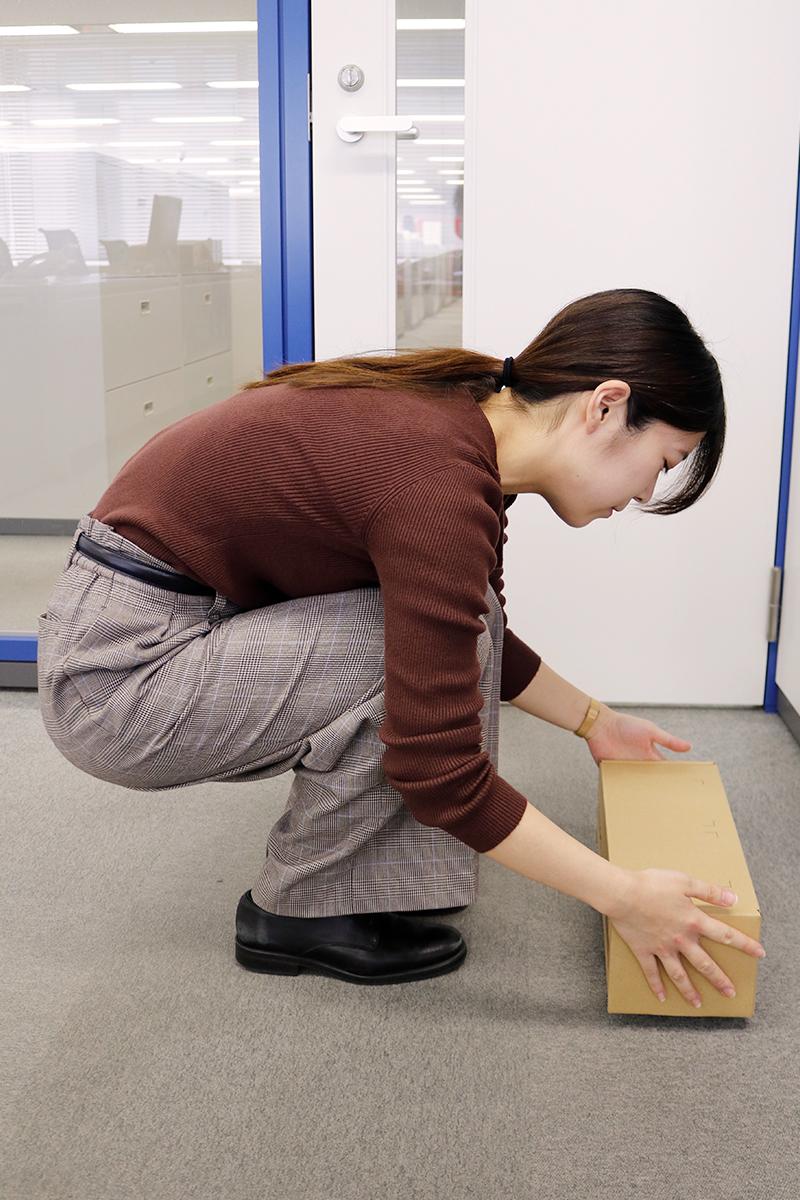 膝や股関節を曲げることで腰の負担を軽減