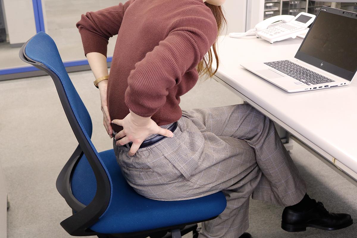 腰痛改善に効果的!オフィスでも簡単にできるストレッチと予防法