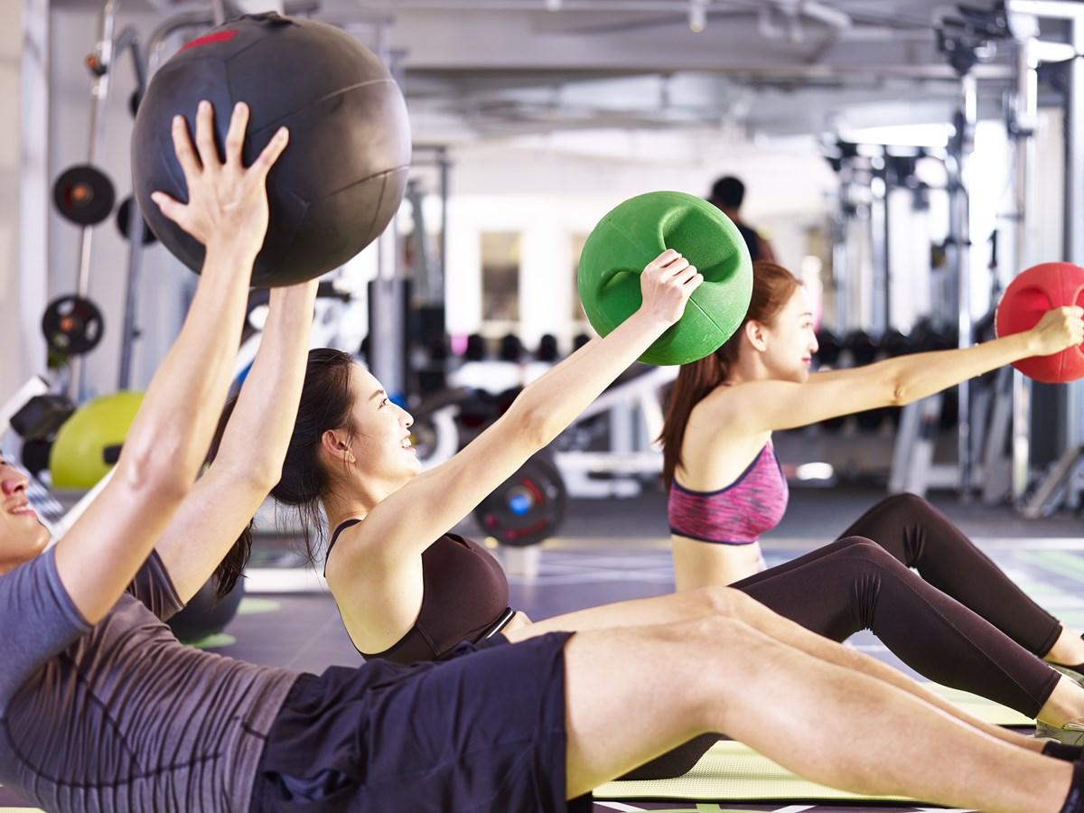 スポーツクラブNASなんばパークス体幹を鍛える女性