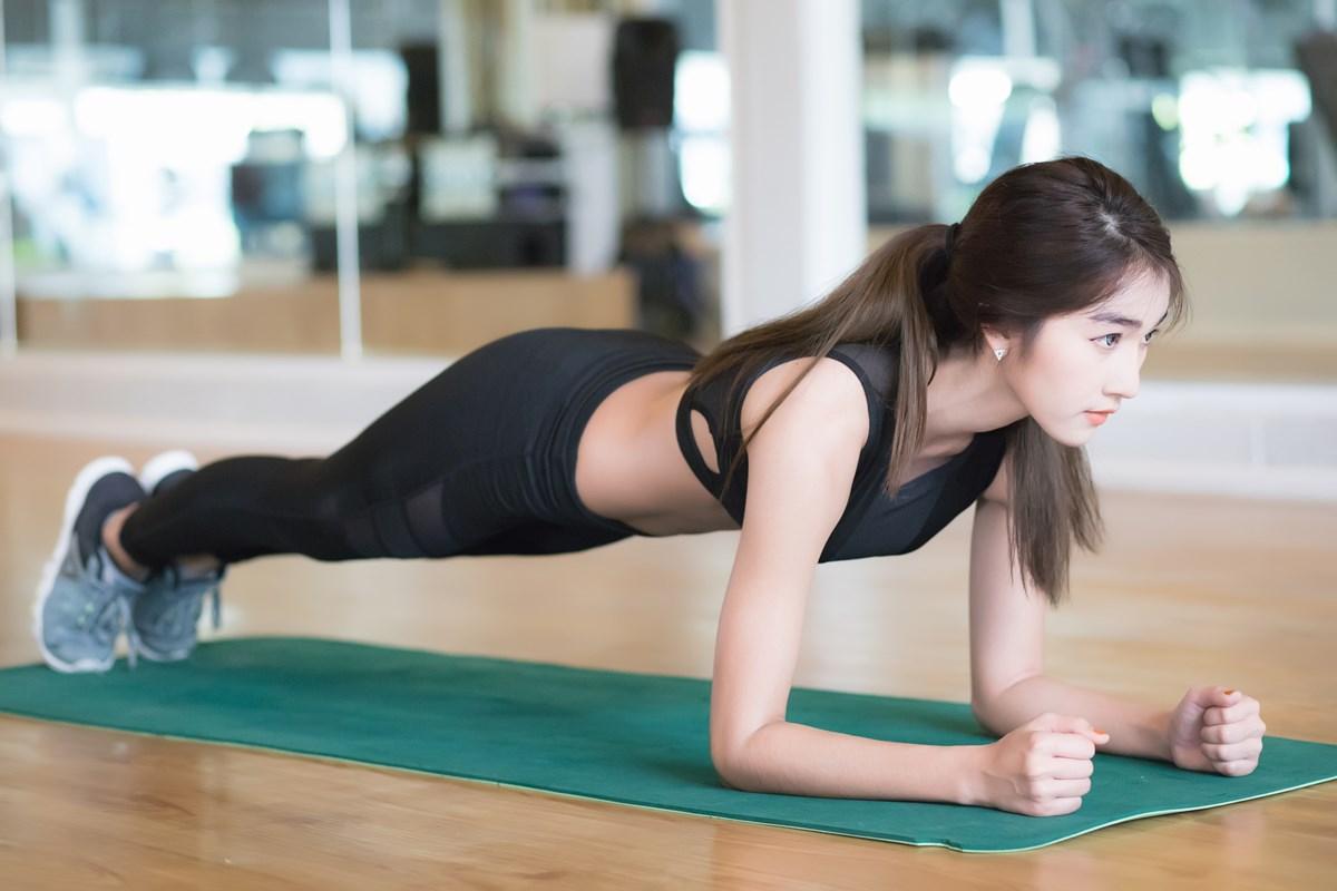スポーツクラブNASなんばパークス プランクで体幹を鍛える女性