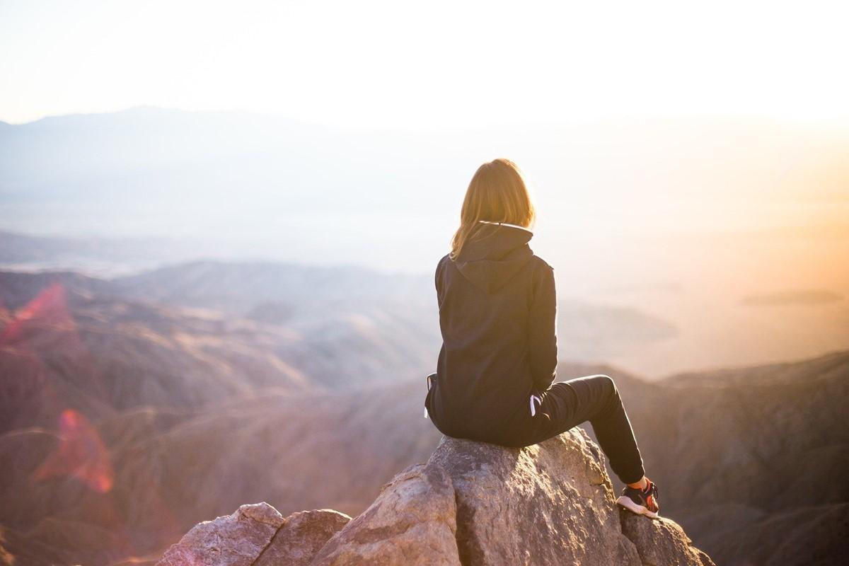 頂上に座る女性