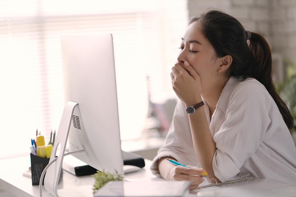 昼食後の眠気を撃退!デスクに座ったまま眠気を覚ます6つの方法