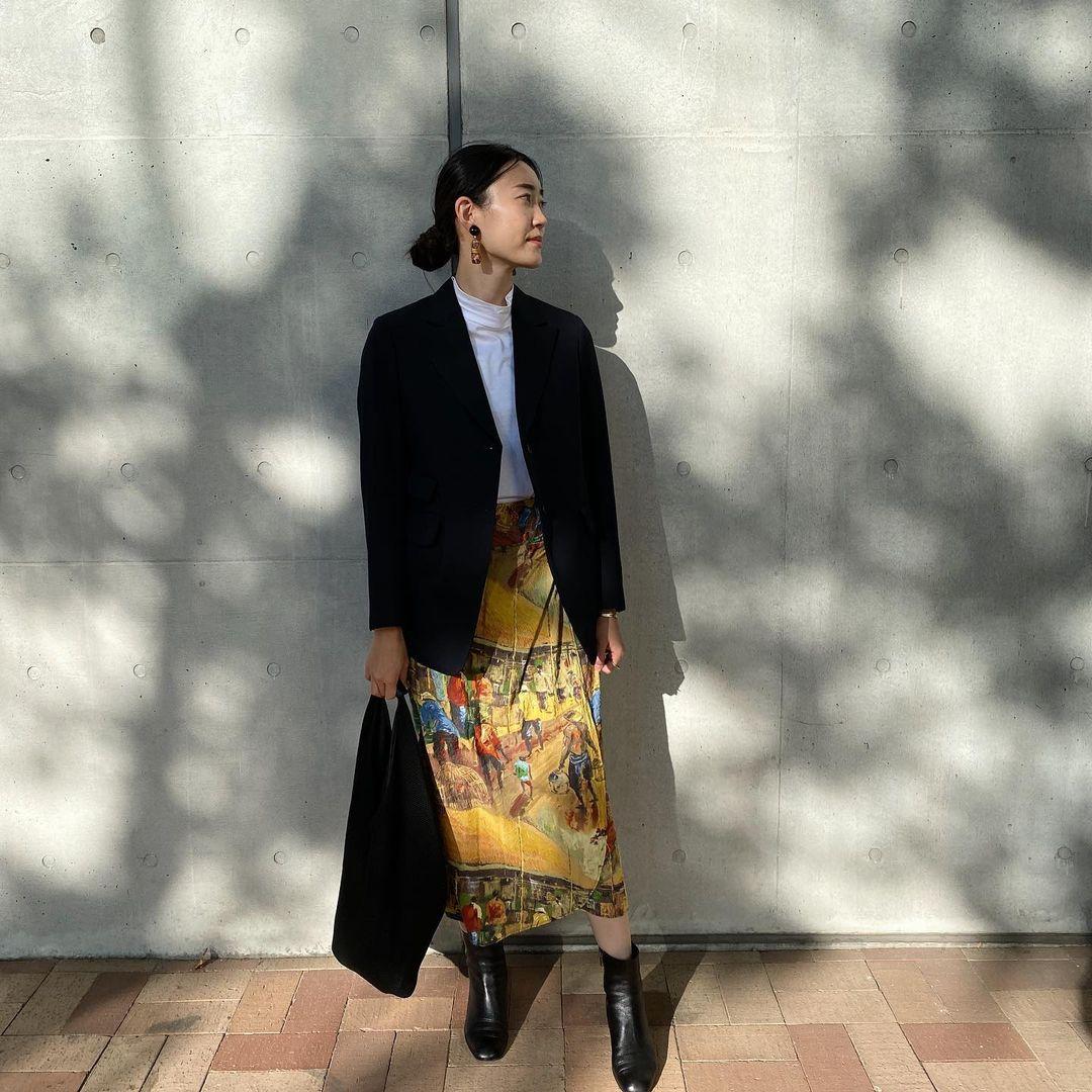 個性派スカートもジャケットでこなれ感を演出