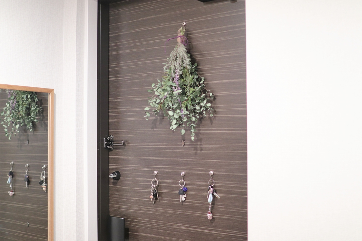 玄関ドアにスワッグや鍵をかける