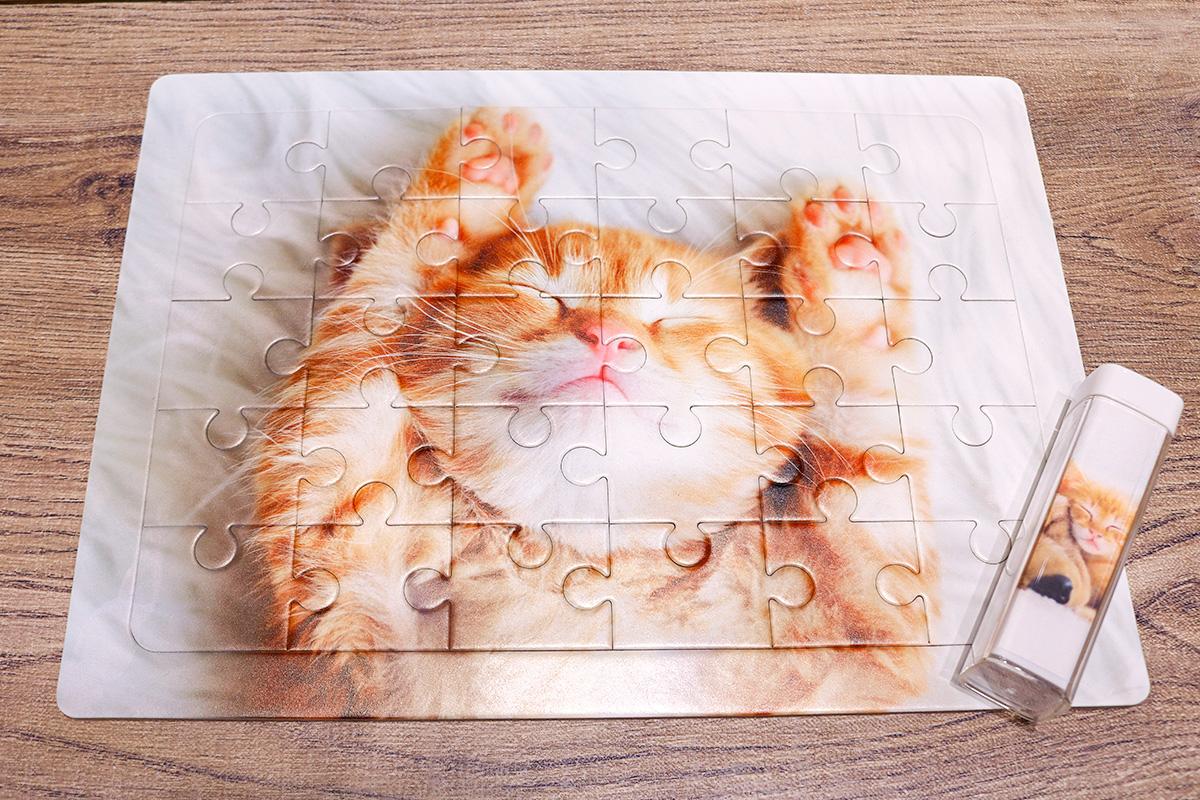 猫のパズルとモバイルバッテリー
