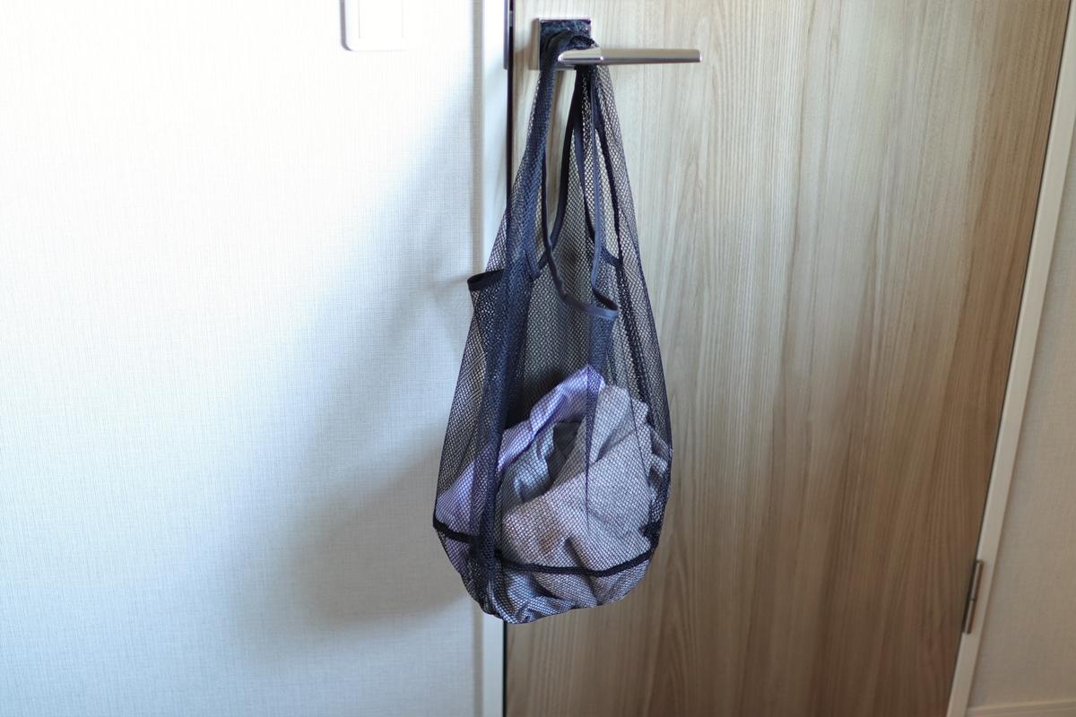 スポーツウェアを入れたメッシュバッグ