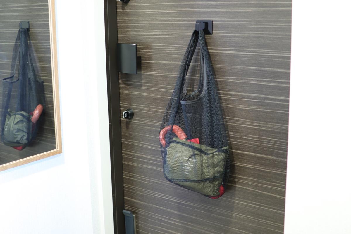 傘やレインコートを入れたメッシュバッグ