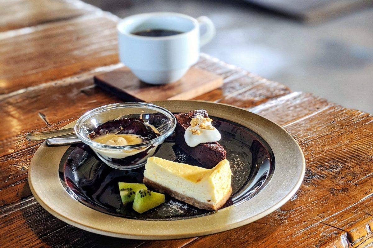 ソーシャルグッドカフェのデザート3種盛とホットコーヒー