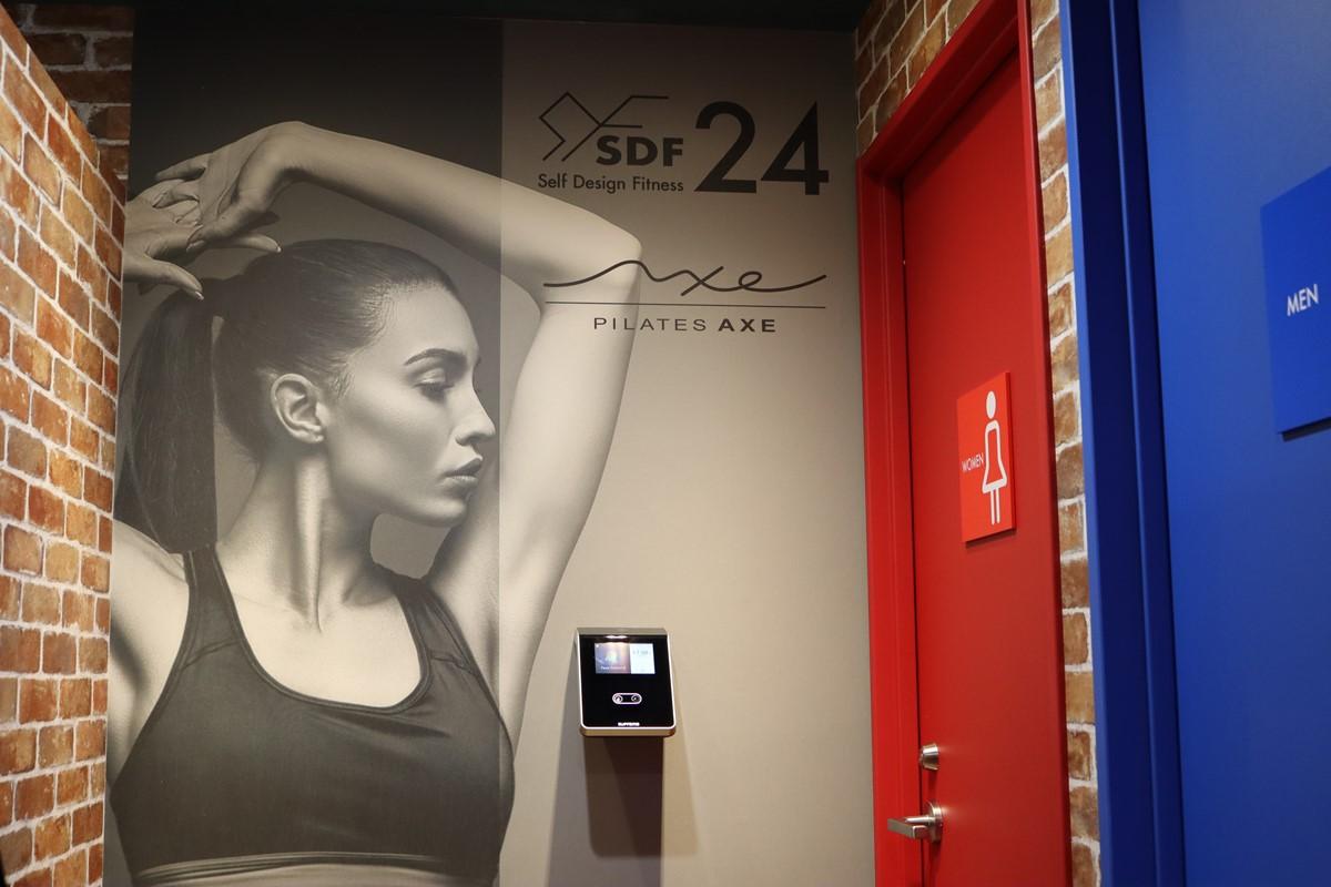 女性専用ピラティススタジオの入口
