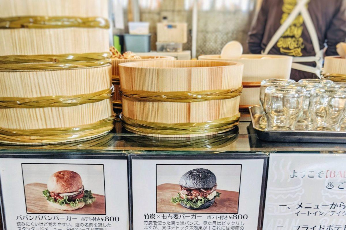 ババンババンバーガー並べられた桶とメニュー