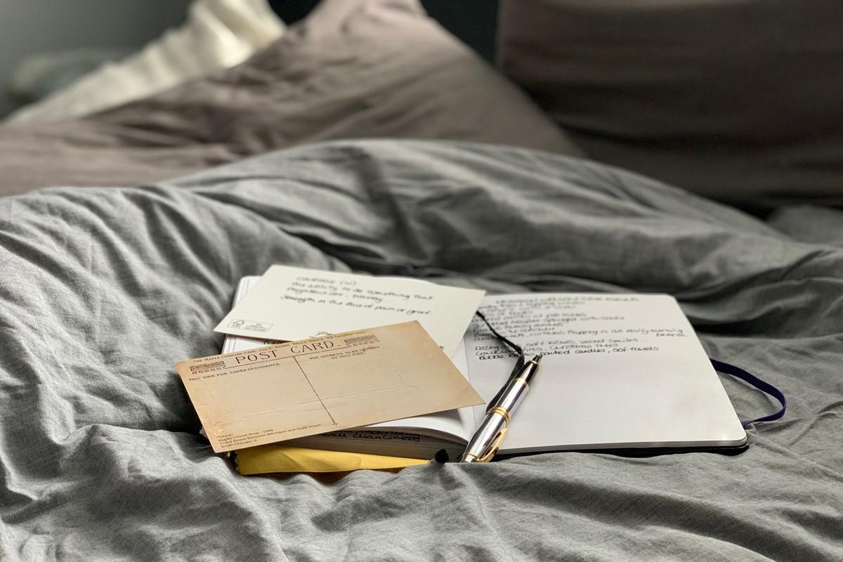 ベッドに置かれたペンやメモ