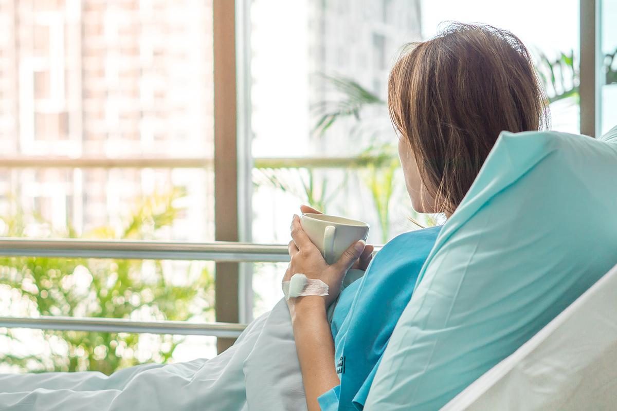 入院している女性