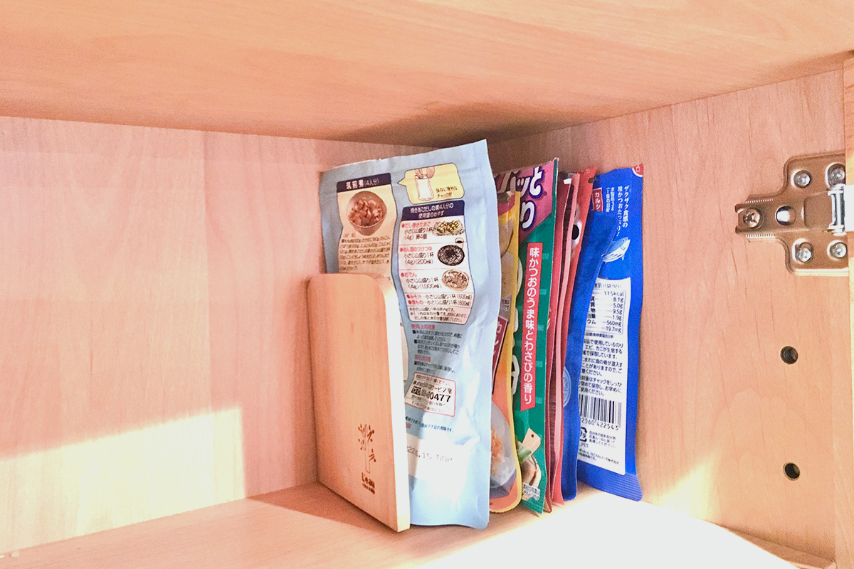 袋状の調味料をブックエンドで整理整頓