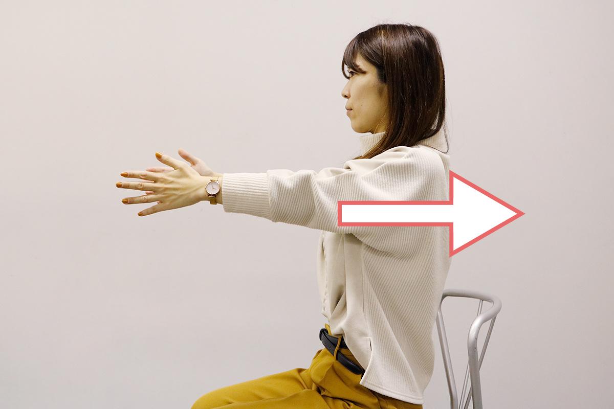肩甲骨のストレッチをしている女性