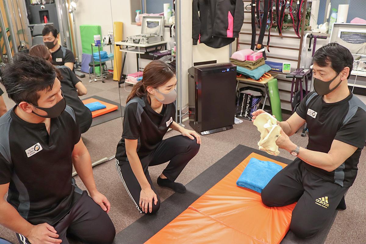 骨盤の仕組みを学ぶトレーナー